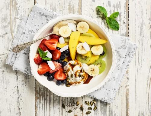 Frische Früchte mit Kokos-Joghurt