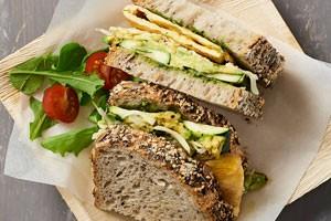Avocado-Sandwich mit gegrillter Zucchini