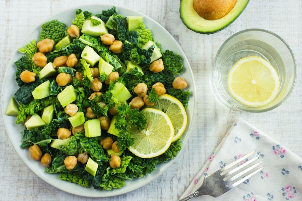 Wirsingsalat mit Avocado